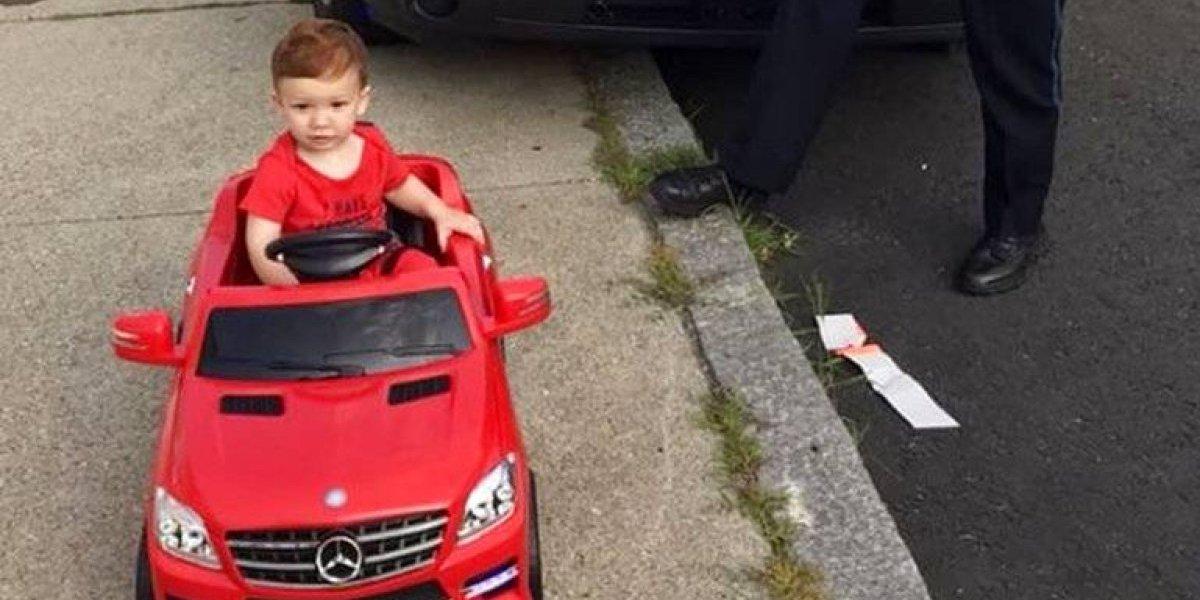 """Policía detiene a niño de 1 año por manejar sin licencia y se convierte en viral tras perdonarlo por ser """"demasiado tierno"""""""