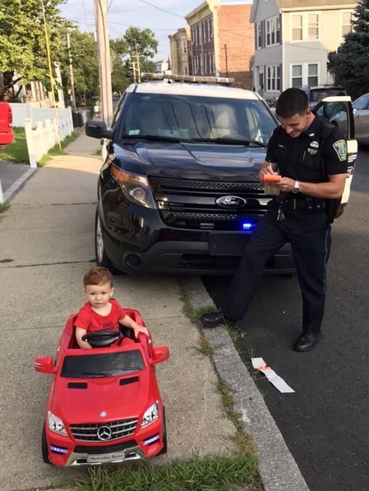 En esta fotografía del 31 de julio de 2018 se muestra a Grayson Salerno mientras es detenido por conducir sin una licencia. En lugar de recibir una multa, la policía lo dejó ir con una advertencia gracias a su lindura.