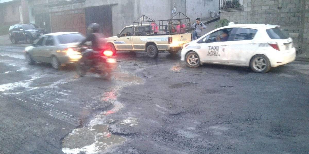 Tránsito complicado en Villa Nueva por fuga de agua y baches