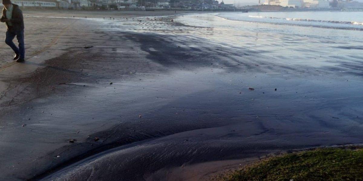 Emergencia ambiental en Ventanas: denuncian varamiento de carbón en la costa y aseguran que van más de 300 en los últimos años