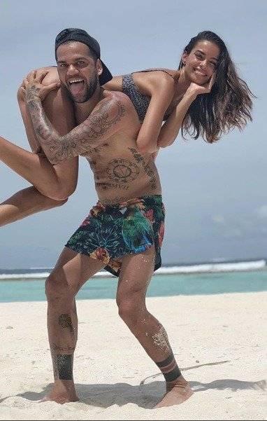 En la foto se la veía tomada la mano con el jugador en la cual, éste, tiene tatuado la palabra