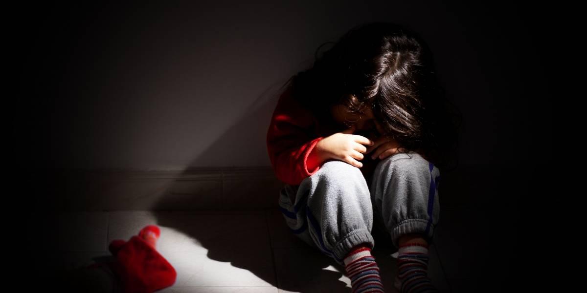 Obligaron a una pequeña a beber orina de perro: acusan a niñeros de torturar a cuatro menores por seis días en EEUU