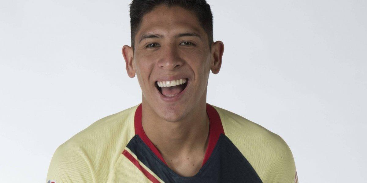 VIDEO: Edson Álvarez se quita playera y la regala a un aficionado