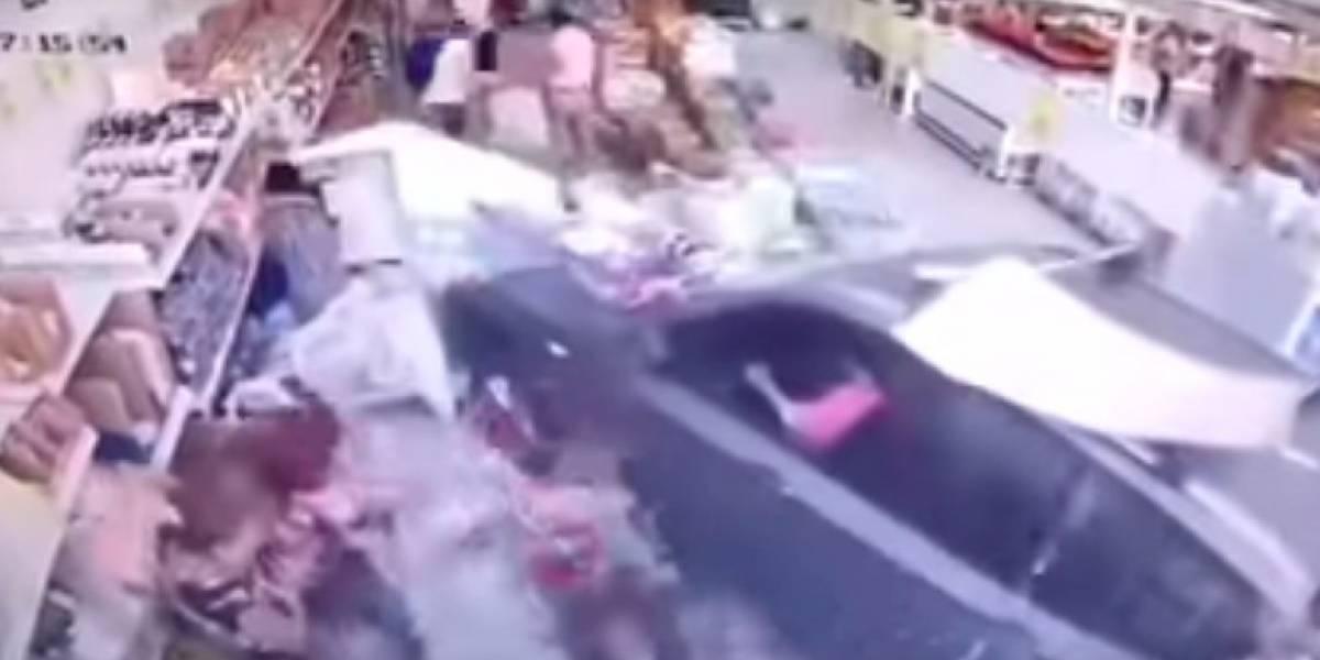 Mujer con su camioneta chocó y terminó dentro de famoso supermercado