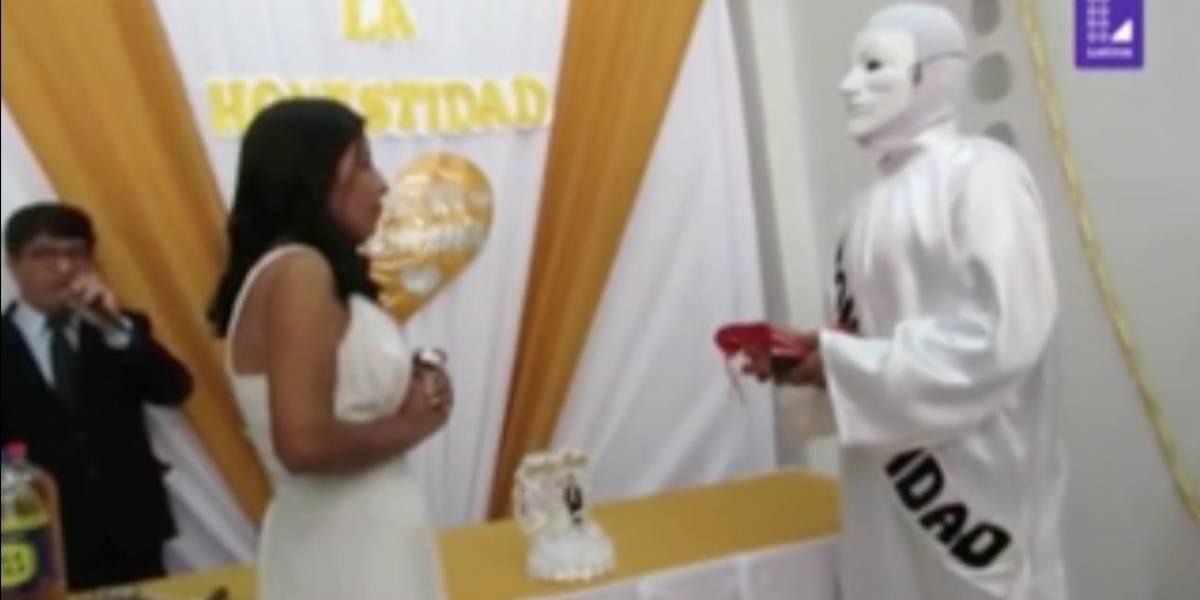 VIDEO. Candidata se casa con la honestidad para convencer a sus electores de que voten por ella