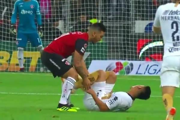 La reacción de Lolo Reyes ante Felipe Mora tras cometerle una dura infracción / Foto: Captura