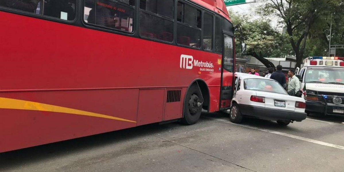 Unidad del Metrobús choca con auto particular en Xola