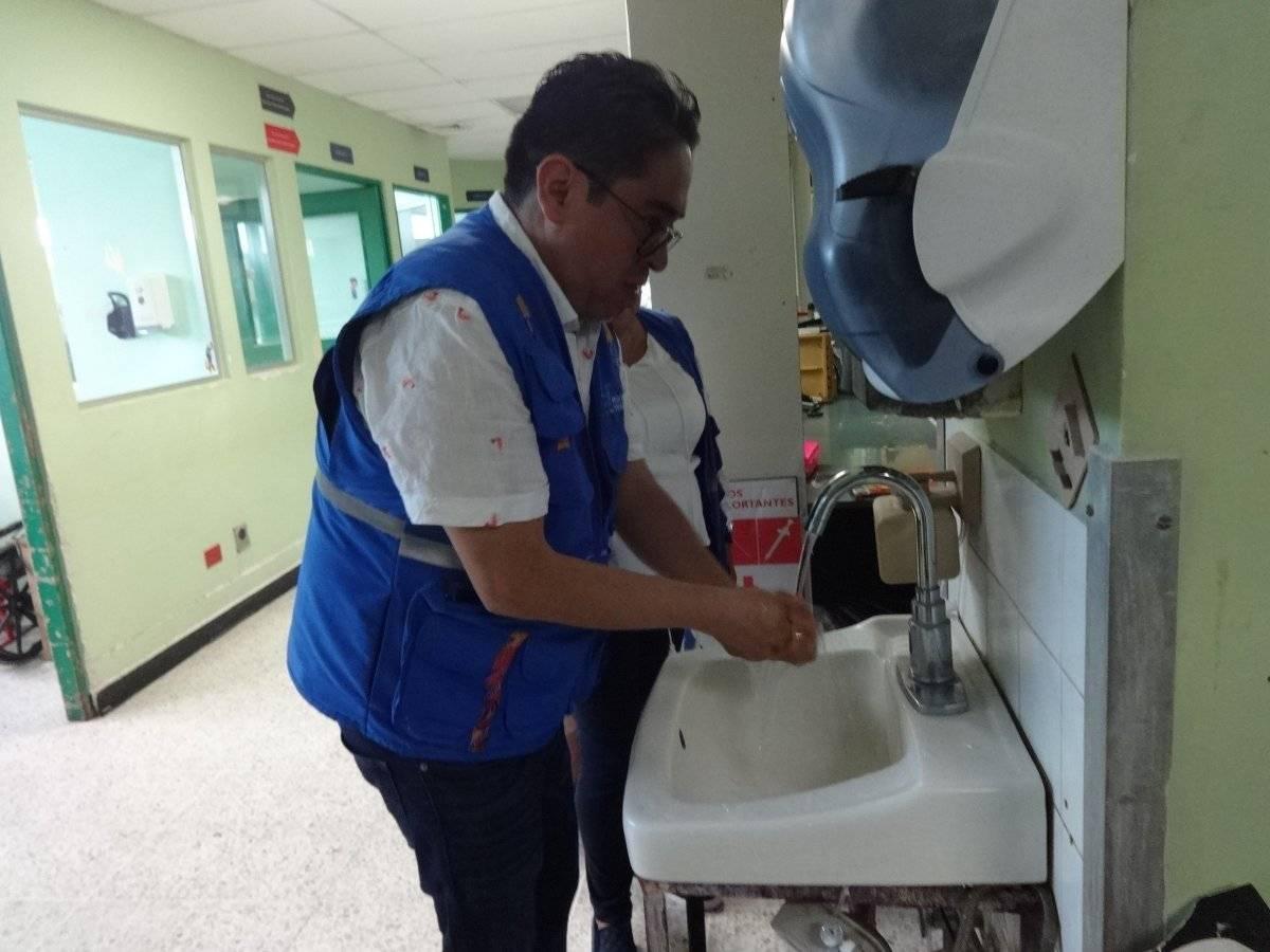Cada persona que ingresa al área de encamamiento de la Pediatría debe lavarse las manos. Foto: Jerson Ramos