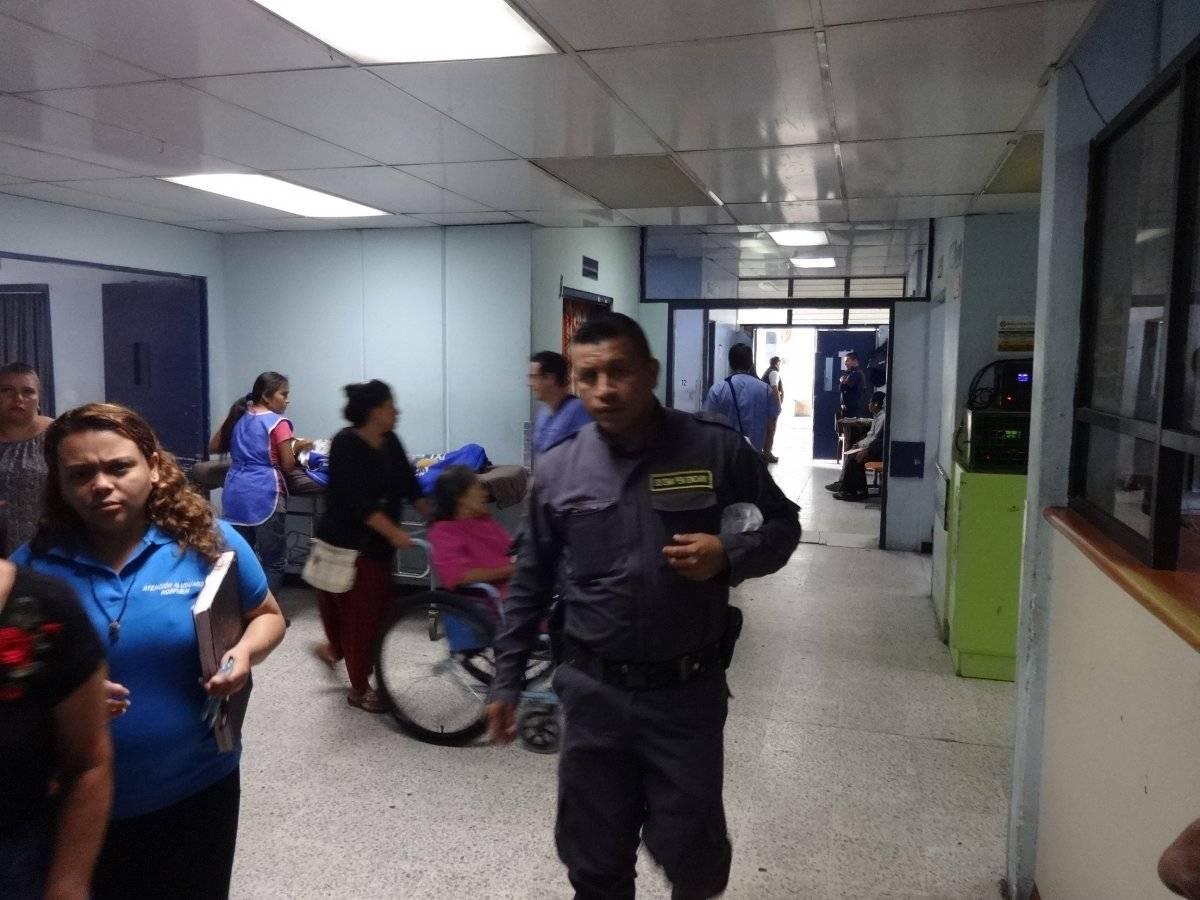 Personal del Sistema Penitenciario que acompaña a reos que son atendidos en el hospital. Foto: Jerson Ramos