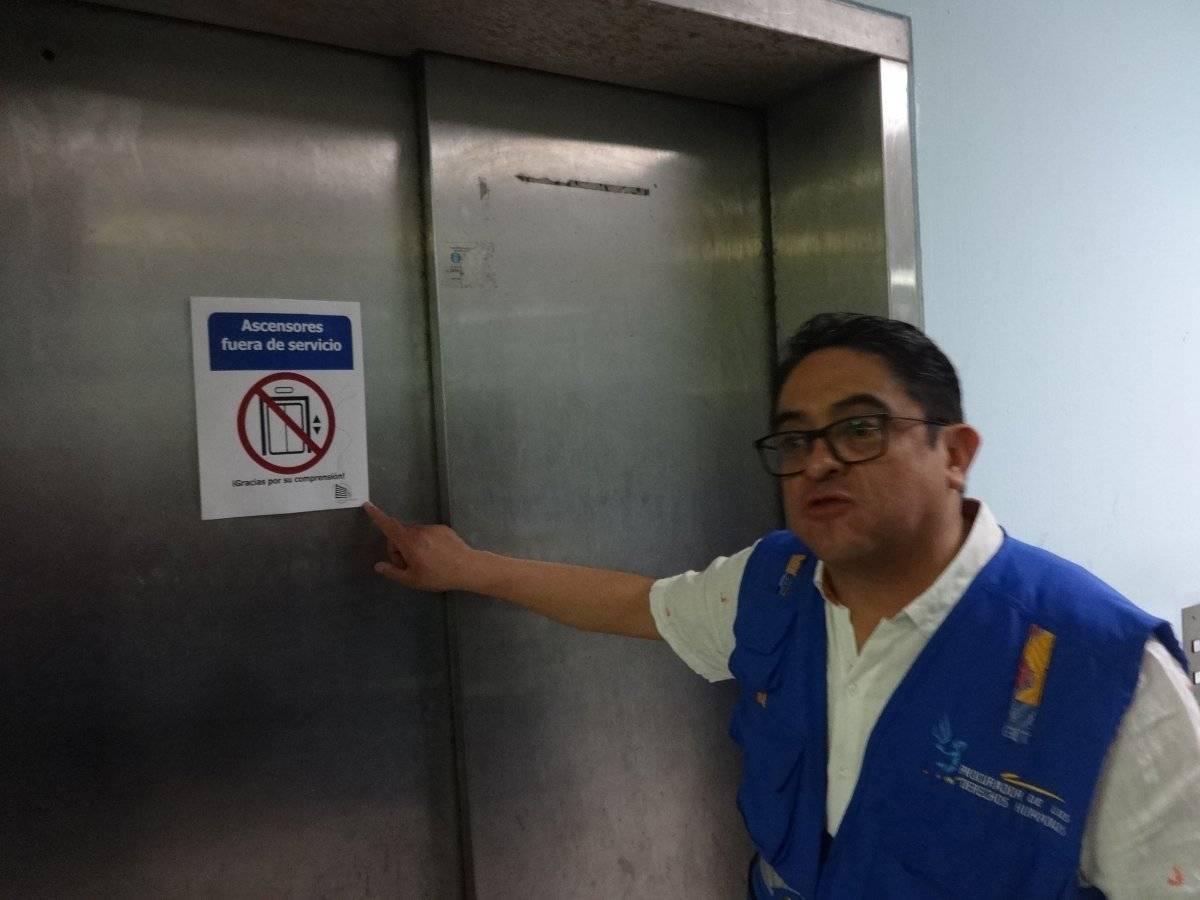 Funcionan solo dos de los 14 elevadores que tiene el Hospital General San Juan de Dios. Foto: Jerson Ramos