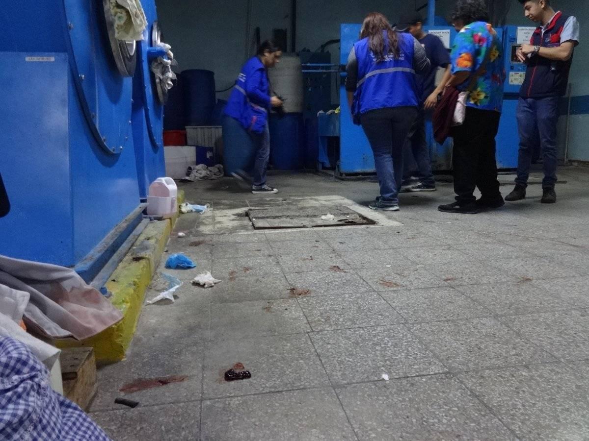 En el área de lavandería hay coágulos de sangre. Foto: Jerson Ramos