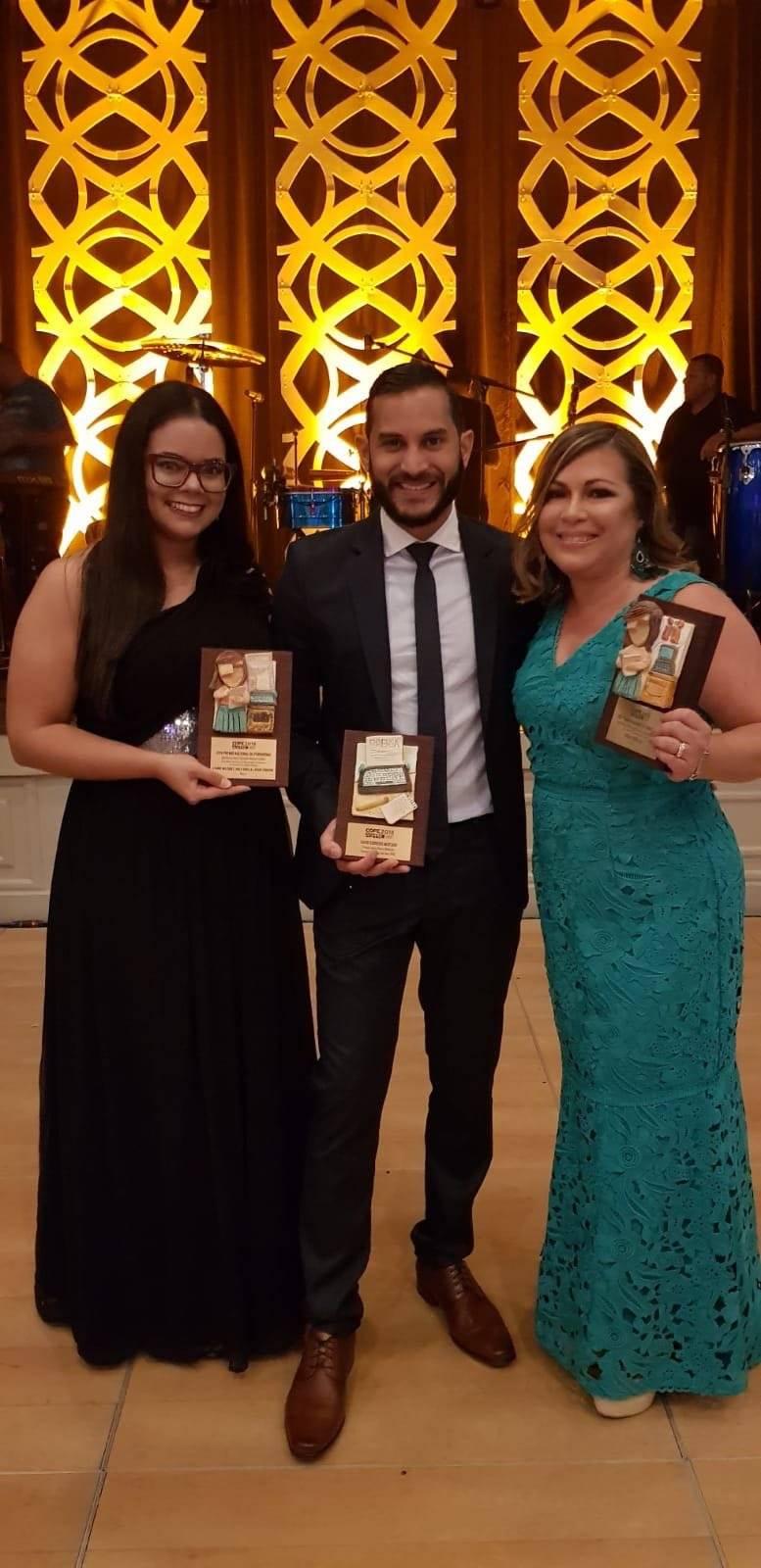 Periodistas de Metro Puerto Rico reciben galardones en la gala de la ASPPRO. De izquierda a derecha: Lyanne Meléndez, David Cordero, Aiola Virella. Metro