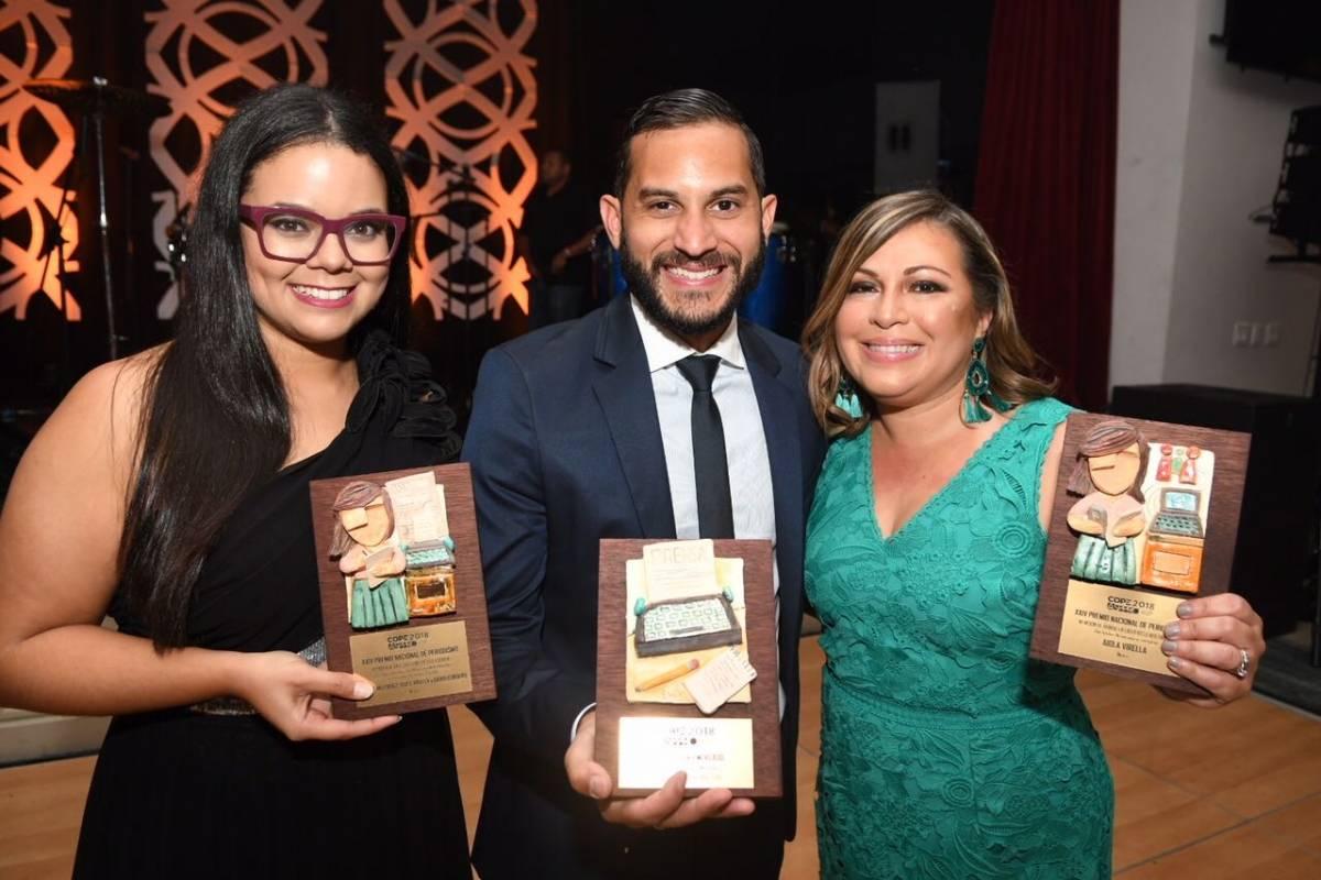 Periodistas de Metro Puerto Rico reciben galardones en la gala de la ASPPRO. De izquierda a derecha: Lyanne Meléndez, David Cordero, Aiola Virella. Dennis Jones / Metro Puerto Rico