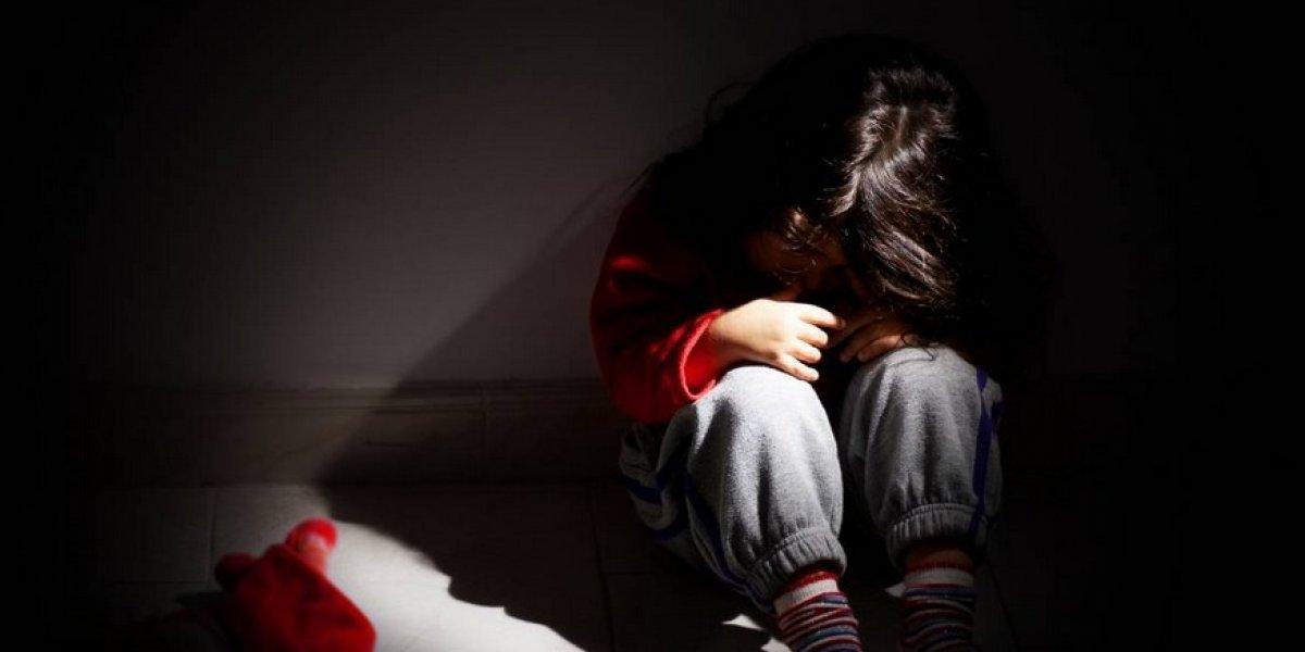 ¡Aberrante! Encuentran niños en jaula, desnutridos y cubiertos de heces