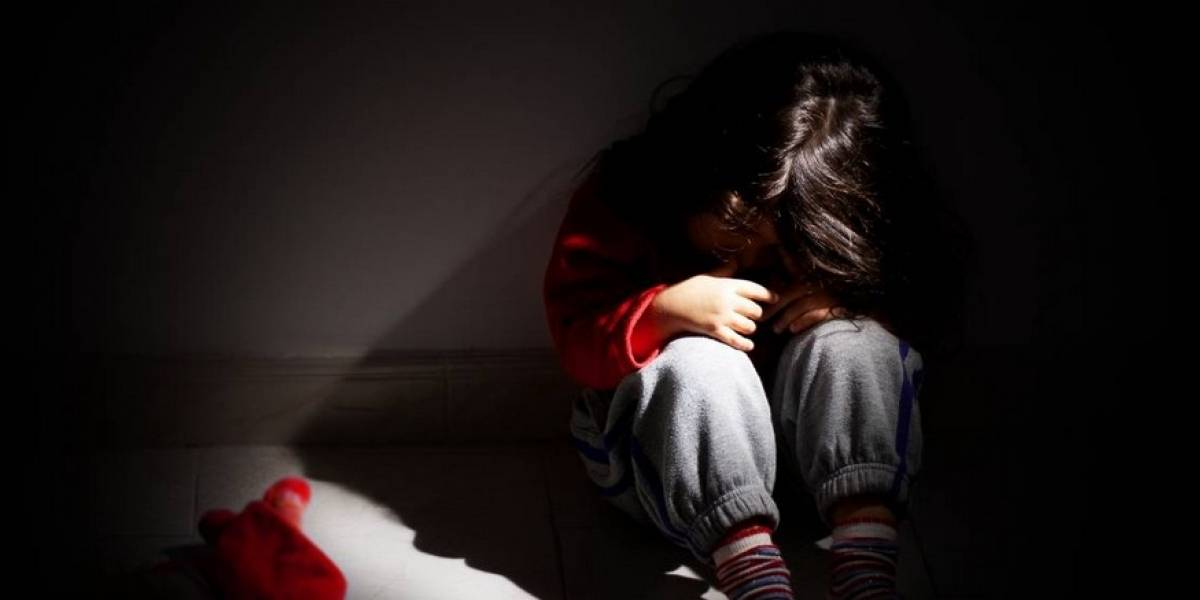 Obligaron a pequeña a beber orina de perro: acusan a niñeros de torturar a cuatro menores