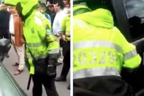 policía de tránsito que rompió la ventana de un vehículo