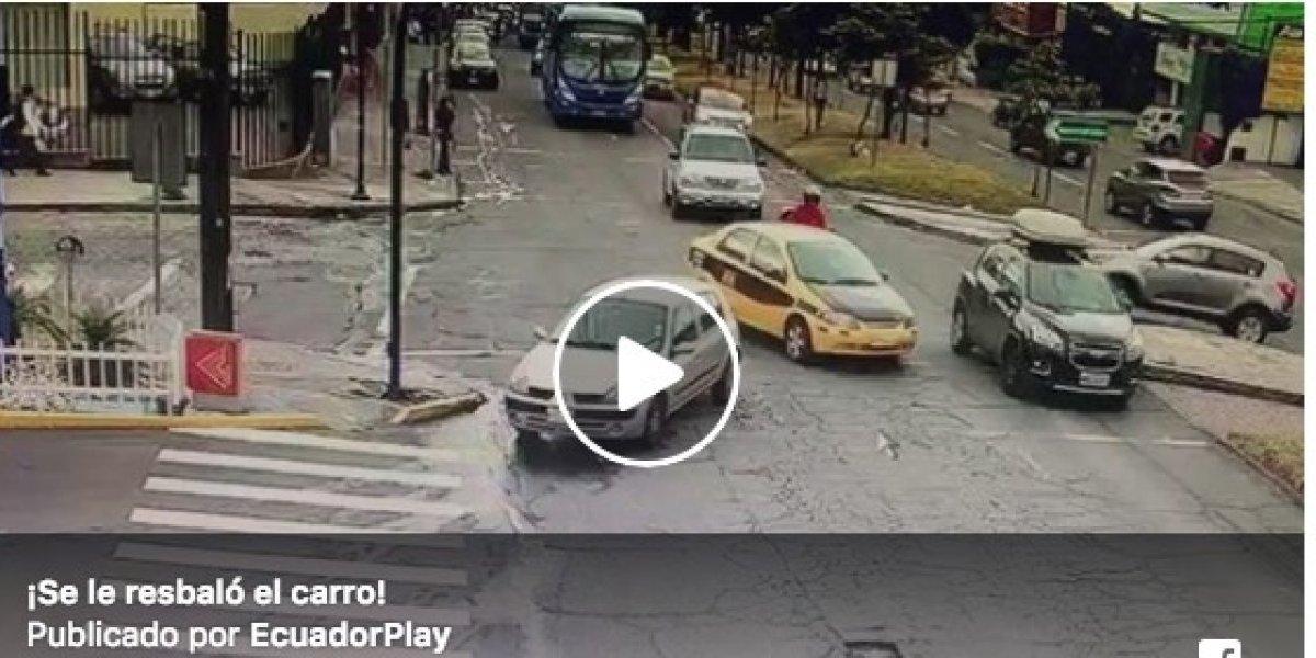 Quito: Auto se resbala y choca a dos vehículos