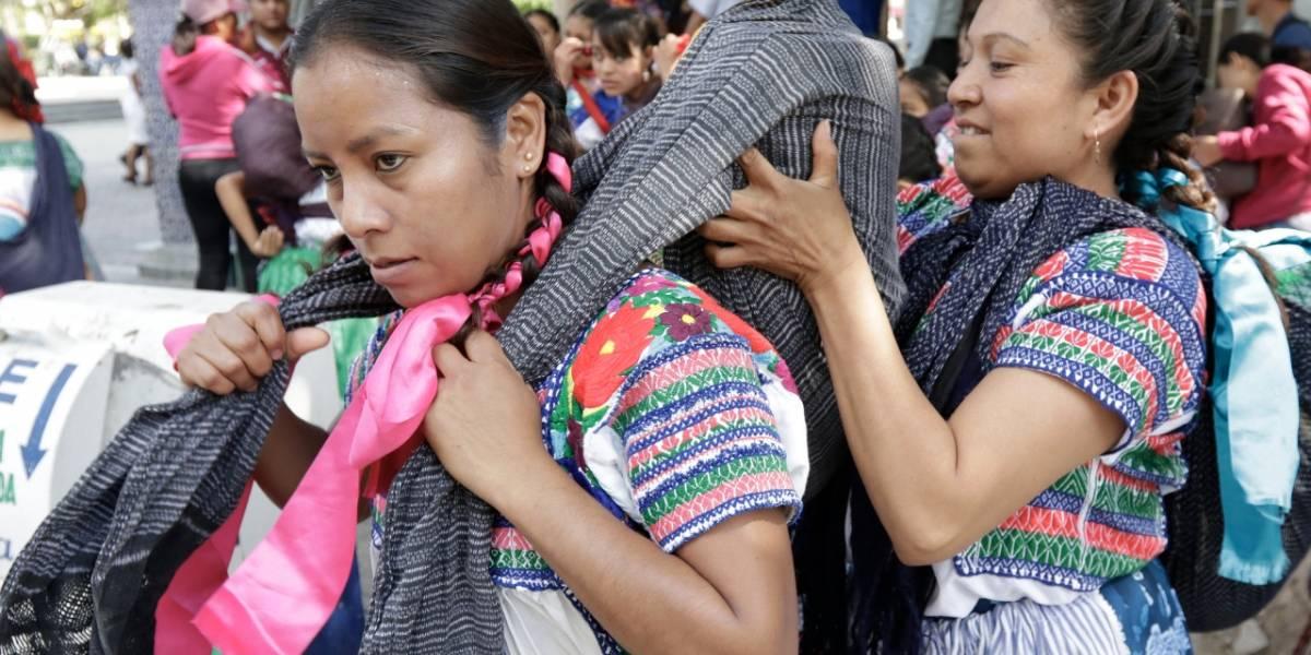 Mujeres celebran la 'Carrera de la tortilla' en Puebla