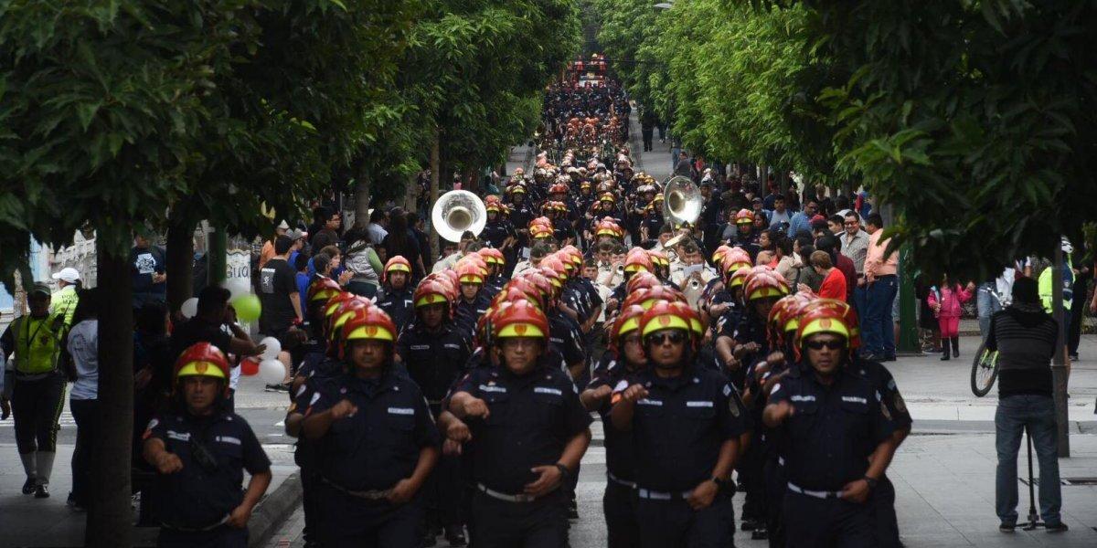 EN IMÁGENES. Los Bomberos Municipales desfilaron por su 63 aniversario