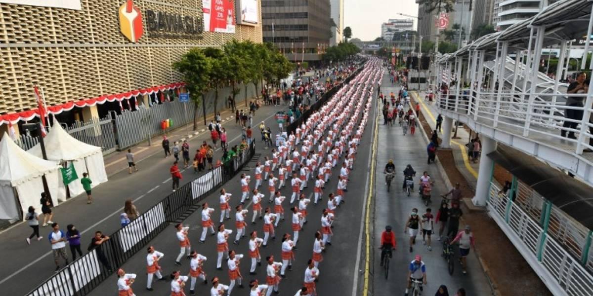 """VIDEO. 65 mil bailarines baten récord en Indonesia a ritmo de """"poco poco"""""""