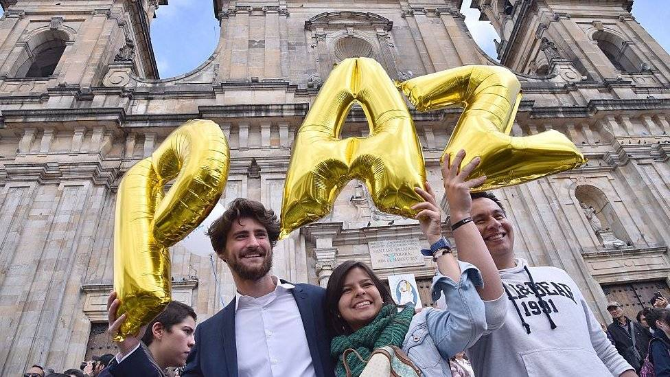 Al entregar la presidencia de Colombia, pide Santos defender la paz