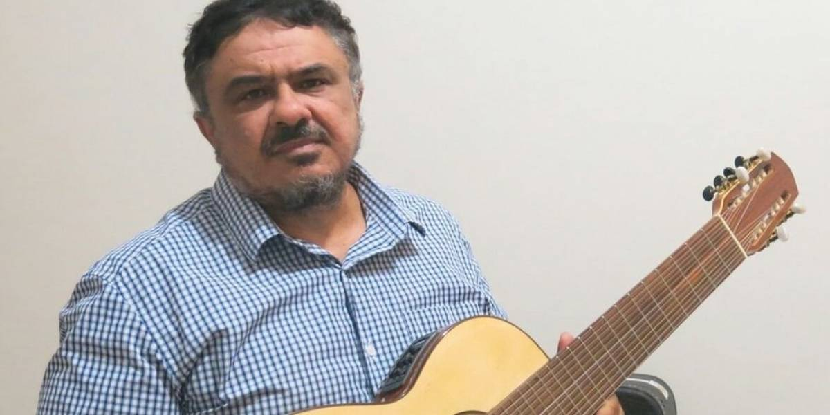 Mirando pessoas com deficiência, músico cria violão que pode ser tocado com uma só mão