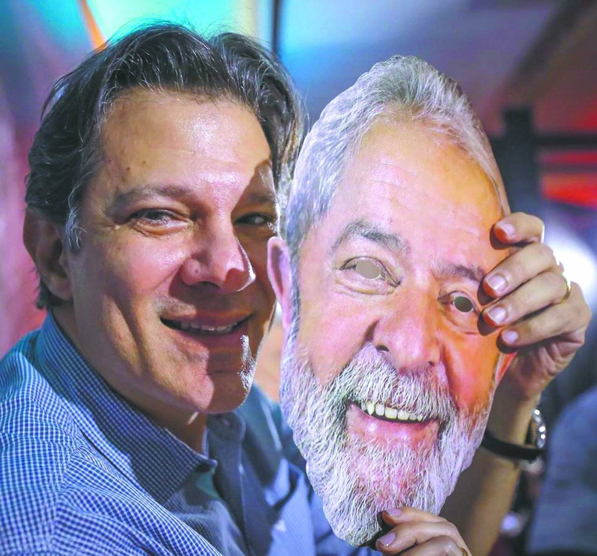 Fernando Haddad na convenção com máscara de Lula