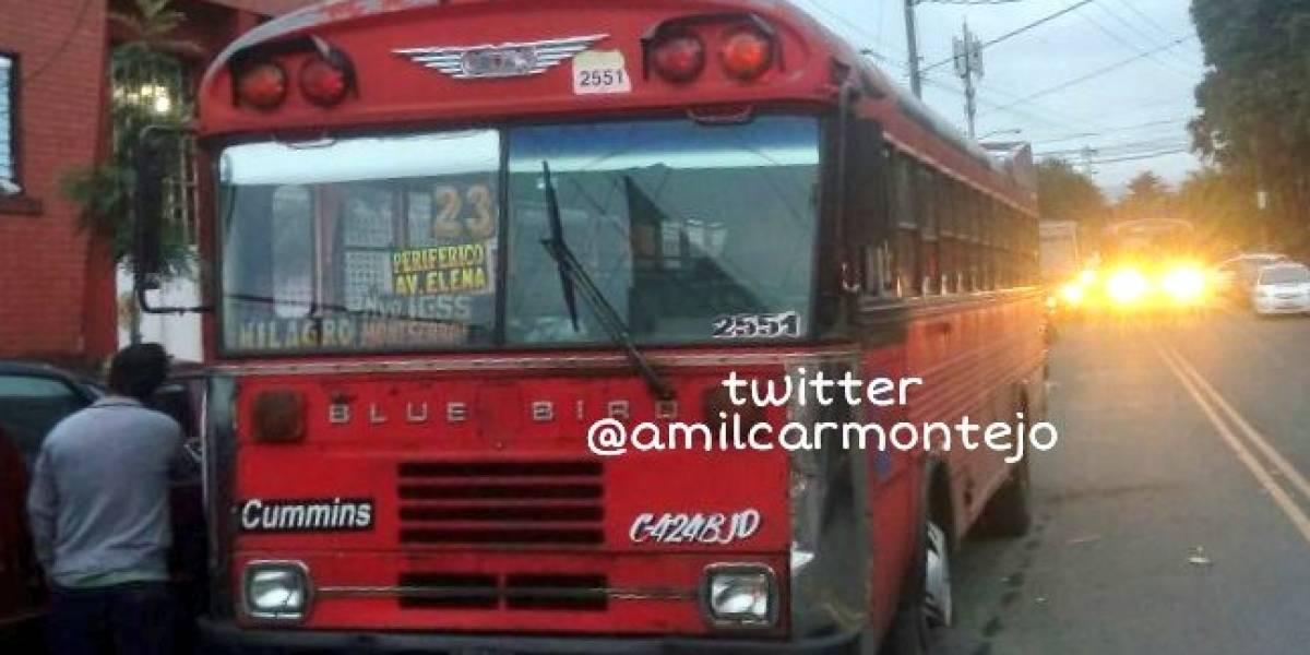 Disparan contra piloto de autobús y él conduce hasta llegar a estación de bomberos