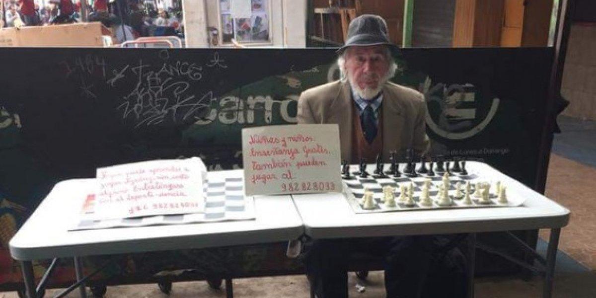 Por más gente como él: caballero que enseña gratis a jugar ajedrez se gana el corazón de Twitter