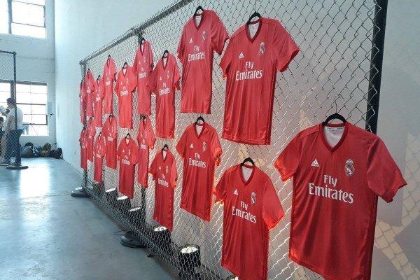 eddf84da1 Real Madrid presume su tercer uniforme para la siguiente campaña en ...