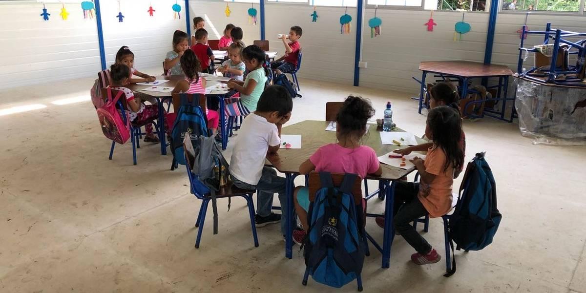 Estudiantes afectados por erupción inician clases en módulos habilitados en Escuintla
