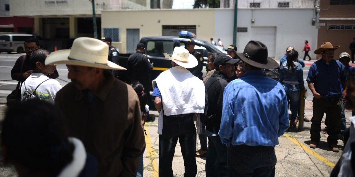 Pobladores realizan plantón en la zona 10 para exigir recuperar sus tierras
