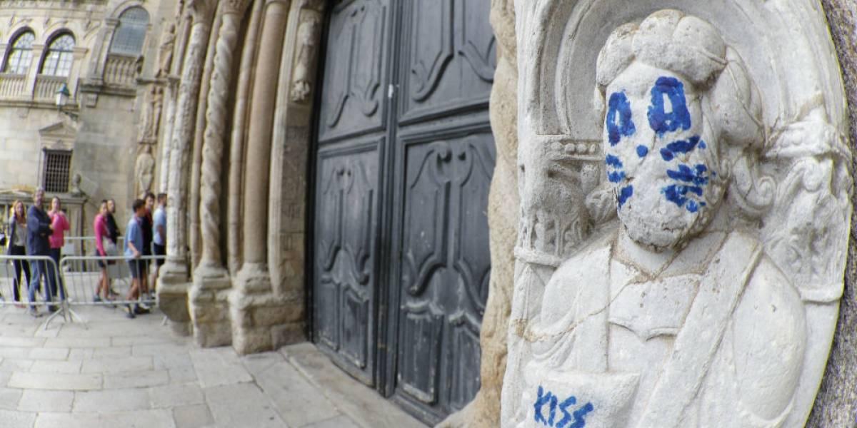Pintan de Kiss escultura de catedral de Santiago de Compostela
