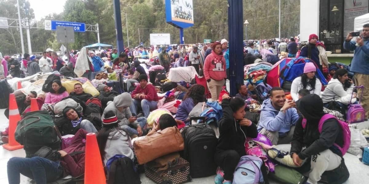 Masiva afluencia de venezolanos en puente de Rumichaca
