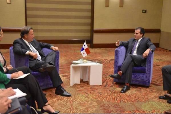 El gobernador Ricardo Rosselló conversa con el presidente de Panamá, Juan Carlos Varela. / Facebook: Ricardo Rosselló