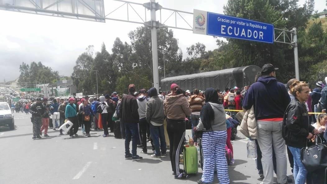 Largas filas de migrantes en el puente de Rumichaca CORTESÍA