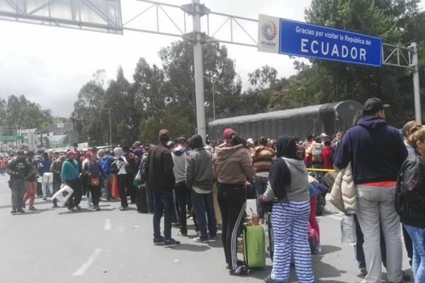 Largas filas de migrantes en el puente de Rumichaca