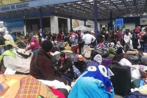 Ciudadanos venezolanos hacen filas en las 10 ventanillas de migración