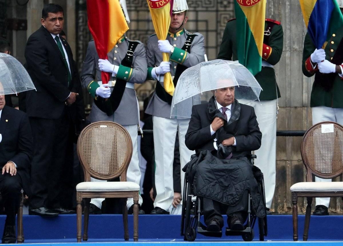 El presideNTE Lenín Moreno, se protege de la lluvia durante el discurso del presidente colombiano, Iván Duque, en la ceremonia de investidura como nuevo jefe de Estado