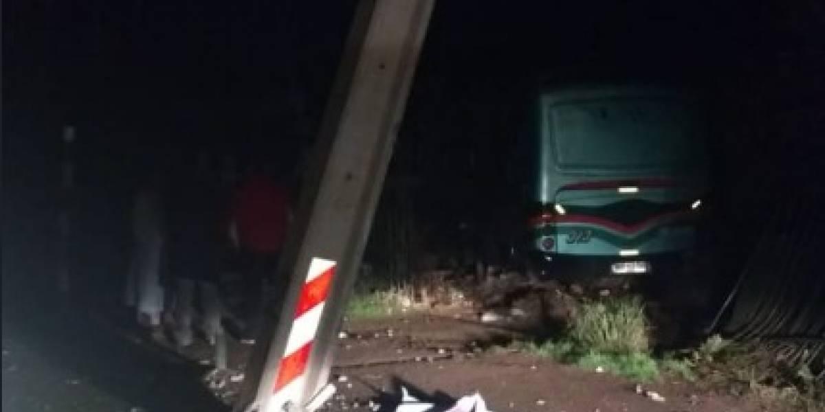 Micro ingresa a vivienda tras accidente en Padre Hurtado: arrasó con postes, dejó tres comunas sin luz y dio el susto de su vida a mujer
