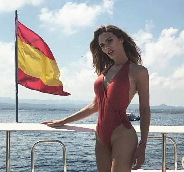 Ángela Ponce, Miss España, se muestra en bikini