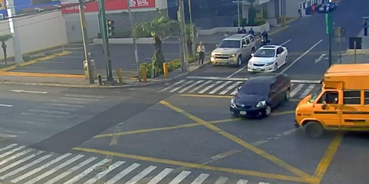 VIDEO. Un vehículo es embestido por un bus luego de que este no respetara las señales