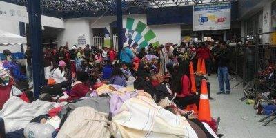 Migrantes, en su mayoría venezolanos, tratan de ingresar a Ecuador por el puente e Rumichaca.