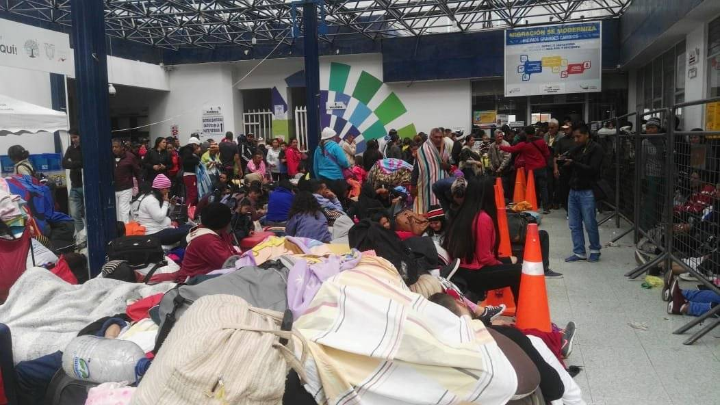 Migrantes, en su mayoría venezolanos, tratan de ingresar a Ecuador por el puente e Rumichaca. CORTESÍA