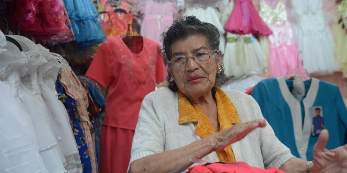 Doña Martita lleva una vida bordada con esfuerzo