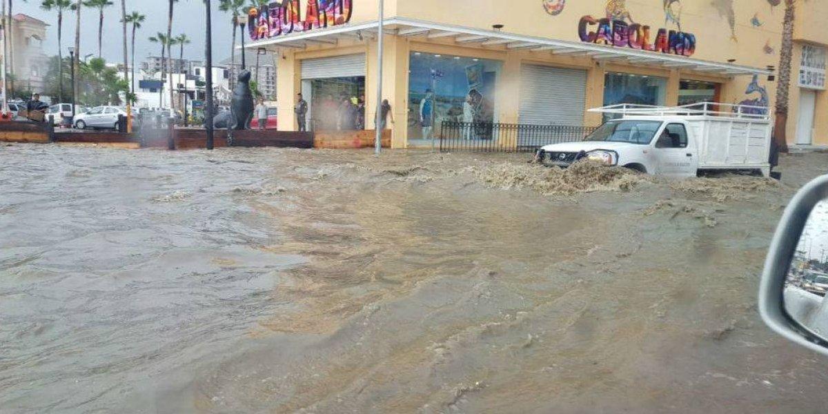 Fuertes inundaciones y cierre de puertos, los primeros estragos de John en Los Cabos