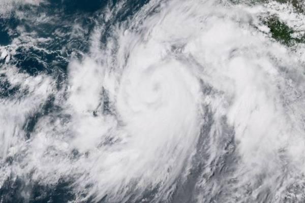 Huracán y tormenta tropical avanzan al oeste de México