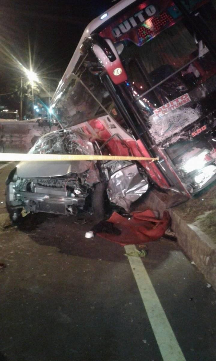 Un bus se impactó con cuatro vehículos en el ingreso a Machachi