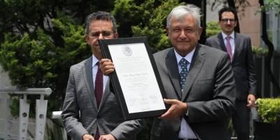 Fotos del AMLO, presidente electo con la constancia de mayoría