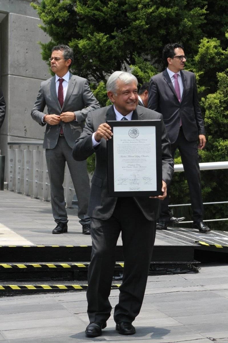 El líder tabasqueño mostrando la constancia de mayoría en las instalaciones del tribunal. Foto: Publimetro/ Nicolás Corte